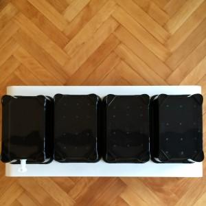 Jetzt haben wir 3 Boxen mit Löschern im Boden und 1 Box mit dem fertig montierten Ablassventil