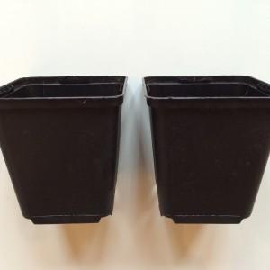 Abstandshalter für die unterste Box (in diesem Fall zwei Blumentöpfe)