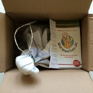 Würmer (Eisenia foetida). Ich habe diese online auf www.wurmwelten.de bestellt (1.000 Würmer kosten 35 €)