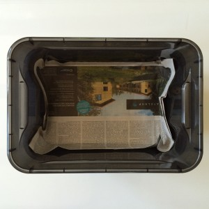 Etwa 5 Lagen Zeitungspapier in eine der 3 Boxen einpassen (Box mit Löchern im Boden. Nicht die Box mit dem Ablassventil nehmen)