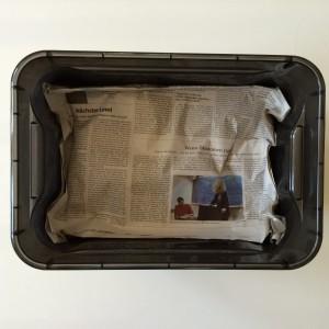 Auf das zerknüllte Zeitungspapier kommen noch mal 5 Lagen Zeitungspapier