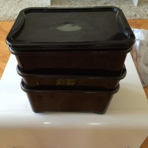Die soeben befüllte Box in die Box mit Ablassventil stellen. Die beiden verbleibenden Boxen oben drauf und mit dem Deckel verschließen