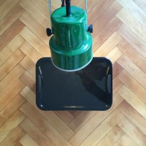 Nach 5 Tagen kann die Kiste geschlossen werden. Nach spätestens 7 Tagen haben sich die Kompostwürmer eingewöhnt. Die Lichtquelle ist nicht mehr nötig.