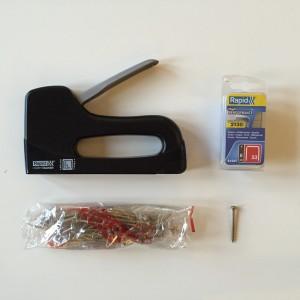 Handtacker, Klammern (ca. 8 cm Tiefe) und Spax-Holzschrauben (ca. 60)