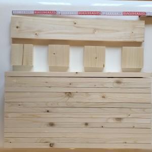 16 Bretter (ca. 60 x 15 x 2 cm) und 8 kleine Holzteile, z.B. Verschnitt von den Brettern (ca. 10 x 15 x 2 cm)