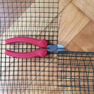 Den Maschendraht schneiden wir mit einem Drahtschneider drei mal auf 60 x 64 cm zu.