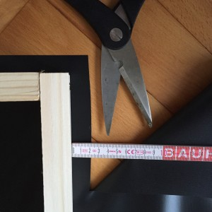 Dabei sollte sie ca. 2 cm an jeder Seite des Rahmens überlappen.